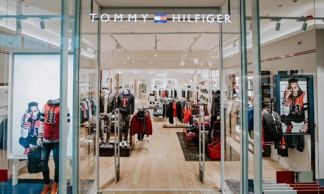 Tommy Hilfiger te așteaptă în noul concept store